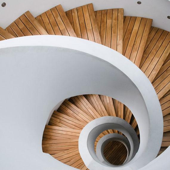Blick von oben auf eine Rundtreppe - Holztreppe - gepflegte Immobilie